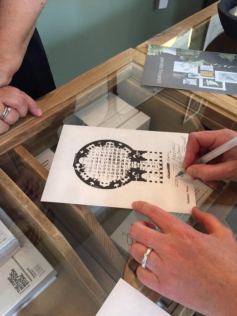 Pernille Folcarelli skriver autograf